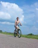 Ragazza di sport su una bicicletta Immagini Stock