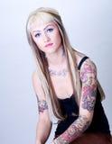 Ragazza di Tattoed con lo sguardo diretto Immagini Stock