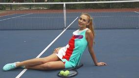 Ragazza di tennis che ha un resto sulla corte immagini stock libere da diritti