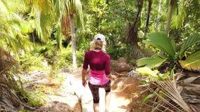 Ragazza di trekking della palma di Coco de Mer stock footage