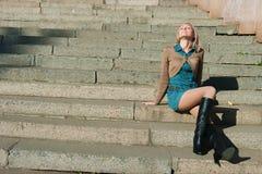 ragazza di una seduta della scaletta del granito immagini stock libere da diritti