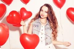 Ragazza di Valentine Beauty con gli aerostati rossi che ride, sul fondo bianco Bella giovane donna felice Il giorno della donna P fotografia stock libera da diritti
