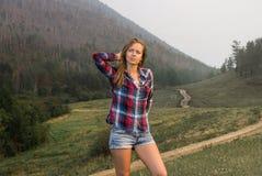 Ragazza di viaggio nella foresta Fotografia Stock Libera da Diritti