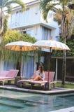 Ragazza di viaggio di serie in Asia bella ragazza con capelli scuri lunghi in vestito di nuoto nel bello posto della natura in Ba fotografie stock