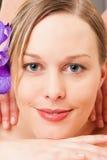 Ragazza di Wellness che ha massaggio in stazione termale immagine stock