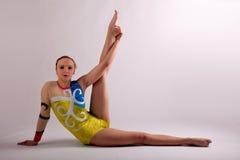 Ragazza di yoga della ginnasta che allunga gamba Fotografia Stock