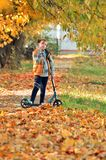 Ragazza di Yong nella stagione di autunno fotografia stock libera da diritti