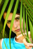 Ragazza dietro la palma Fotografie Stock Libere da Diritti