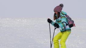 Ragazza dilettante dello sciatore in discesa archivi video