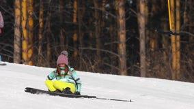 Ragazza dilettante dello sciatore in discesa video d archivio