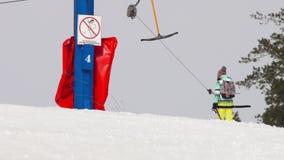 Ragazza dilettante dello sciatore su un ascensore archivi video