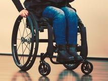 Ragazza disabile sulla sedia a rotelle fotografia stock