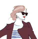 Ragazza disegnata a mano alla moda in occhiali da sole Schizzo della donna di modo royalty illustrazione gratis