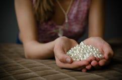 Ragazza disponibila della collana della perla Immagini Stock Libere da Diritti