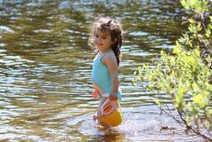 Ragazza divertendosi in acqua Immagini Stock Libere da Diritti