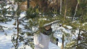 Ragazza divertendosi con le palle di neve in parco stock footage