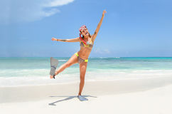 Ragazza divertente alla spiaggia immagini stock libere da diritti