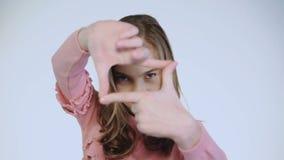 Ragazza divertente che imita facendo una foto con le dita video d archivio