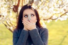 Ragazza divertente che prova le misure disperate per combattere le allergie della primavera Fotografia Stock