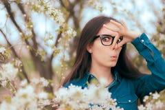 Ragazza divertente che riguarda le sue allergie della primavera di combattimento del naso Fotografie Stock Libere da Diritti
