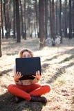 Ragazza divertente con il computer portatile all'aperto Fotografia Stock