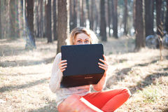 Ragazza divertente con il computer portatile all'aperto Immagini Stock