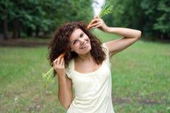 Ragazza divertente con le carote Immagine Stock
