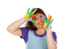 Ragazza divertente con le sue mani sporche di pittura fotografia stock libera da diritti