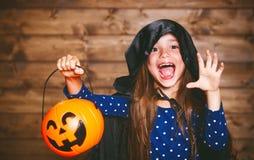 Ragazza divertente del bambino in costume della strega in Halloween immagini stock