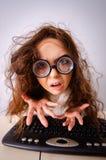 Ragazza divertente del nerd che lavora al computer fotografie stock libere da diritti