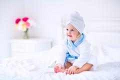 Ragazza dolce del litlte in un accappatoio ed in un asciugamano Fotografia Stock Libera da Diritti