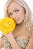 Ragazza dolce sexy con un bello fiore giallo dentro immagine stock libera da diritti