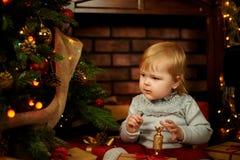Ragazza dolce in un camino di Natale fotografie stock