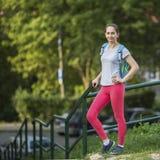 Ragazza dopo un supporto di allenamento all'aperto Uno stile di vita sano Fotografia Stock Libera da Diritti