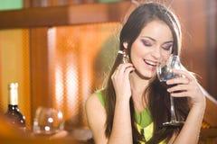 Ragazza e bicchiere di vino piacevoli Fotografie Stock Libere da Diritti