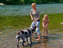 Ragazza e cane 1 immagine stock