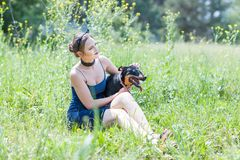 Ragazza e cane adorabili Fotografia Stock