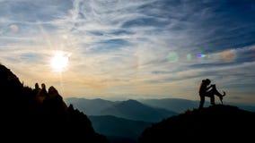 Ragazza e cane sopra la montagna Fotografia Stock Libera da Diritti