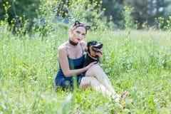 Ragazza e cane svegli Fotografia Stock Libera da Diritti