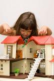 Ragazza e casa per le bambole Fotografia Stock