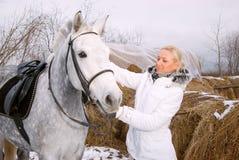 Ragazza e cavallo. Immagine Stock