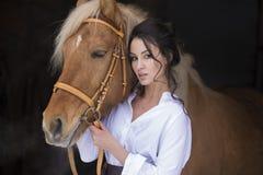 Ragazza e cavallo sulla passeggiata fotografia stock libera da diritti