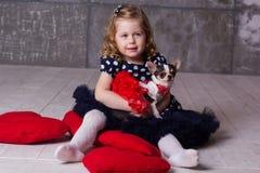 Ragazza e chihuahua del bambino degli amici che giocano a casa Immagini Stock