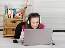 Ragazza e computer portatile della scuola Immagine Stock Libera da Diritti