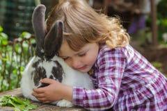 Ragazza e coniglio Fotografia Stock Libera da Diritti