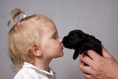 Ragazza e cucciolo Immagine Stock