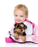 Ragazza e cucciolo esaminando macchina fotografica Isolato su priorità bassa bianca Immagini Stock Libere da Diritti