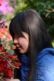 Ragazza e fiore fotografia stock libera da diritti