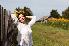 Ragazza e fiori piacevoli Fotografia Stock Libera da Diritti