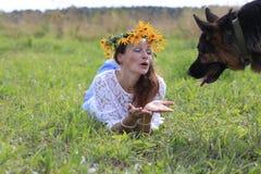 Ragazza e fiori piacevoli Fotografie Stock Libere da Diritti